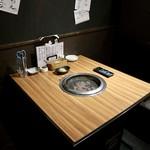 肉卸直送 焼肉 たいが - 半個室のテーブル席