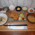 カフェ•レストラン きんぎょ食堂だいず - チキンカツと小鉢たち