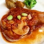 78401663 - ポークソテー マッシュルームと豆のトマトソース。                       付け合わせはさつまいも、ブロッコリー