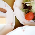 78401665 - フランスパン 外は香ばしく、中はふんわり。野菜サラダも食材いろいろですよ