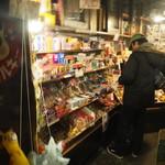 夕焼け商店 - 入口で物色