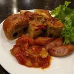 78411244 - 野菜たっぷりのラタトゥイユや、パプリカや豚肉入りのフリッタータ、パンオショコラなど