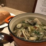 78415104 - 岡山県産 真牡蠣の熱々アヒージョ 880円、バゲット 1ケ 100円。