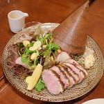 ガネーシュ - 季節のディナーコース(4629円・外税)の前菜の鴨のシナモンスモーク、冬野菜のミニサラダ、黒米DOSAの帽子のせ、ココナッツチャツネ