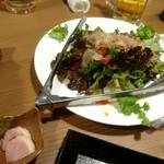 78426182 - サラダとハムではなく鴨の燻製と九条ネギのゆず味噌がけだって。九条ネギどこ?