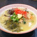 78433604 - 長浜ら〜めん+高菜&キムチトッピング500円 餃子(6個ケ)300円