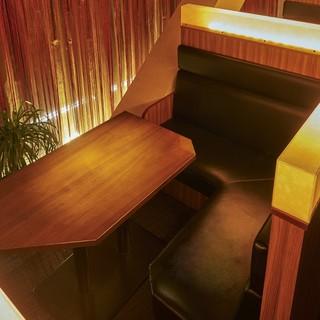 ゆったりと座れるカップルシートはデートに人気