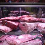 肉や大善 - 店先にディスプレーされたお肉
