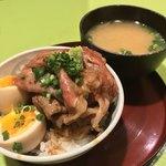 食堂とだか - 食堂とだか(品川区西五反田)名物 牛ご飯 900円・体に良いみそ汁 250円