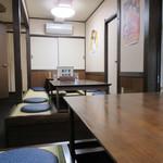 かどや食堂 - 小上がりの席