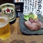 魚屋 ひでぞう - 「中瓶ビール」(400円)&「豚タン塩焼き」(350円)