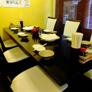【テーブル席】昭和レトロな雰囲気漂う店内で、おいしい料理と酒を。