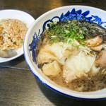 西谷家 - 「黒ワンタン麺」(820円)+セットで半チャーハンの「C定食」(+300円)も。