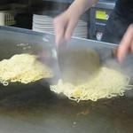 お好み焼 みつ - 生麺をパリッと焼き上げます
