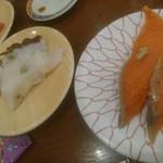 回転寿司羊蹄丸 - 安い方のサーモン、タコ。タコはこの後にもう1度頼んだらそっちのがよかった。写すの忘れたけど。見きれてる赤身もまぁまぁかな。