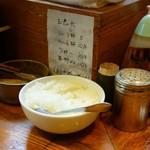 麺 高はし - テーブルには「玉ねぎ」がありスプーン3杯までは無料