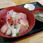 みなと市場 小松鮪専門店 - 「海鮮みんな丼」