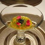 レザン ドール - ◆下仁田葱のムース サフランのコンソメジュレとキャヴィア。 美しいですね。下に「下仁田葱のムース」が敷かれていますけれど、お葱の風味を感じて美味しい。