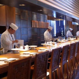 カウンターで揚げたての天ぷらを!