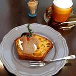 ナチュラルキッチン キュレル - かぼちゃと黒豆のパウンドケーキ&カフェラテ(840円)