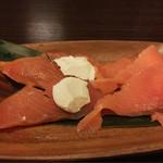 三宮居酒屋 七福 - サーモンの燻製 クリームチーズのせ