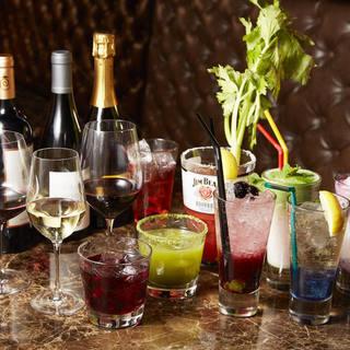 全50種類を超えるワインの数々、見た目も鮮やかなカクテルも。