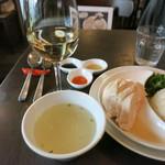 78511725 - 南海鶏飯 ハイナンジーファン 鶏肉 サフランライス 胡瓜 鶏スープ