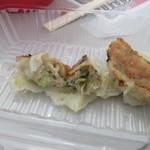 ギョーザマルシェ - 1712_ギョーザマルシェ_黒豚餃子(6個)@500円 焼きたてではありませんが肉の旨みが!