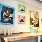 BAREBURGER - カウンタ席の壁には様々なクマさんの絵