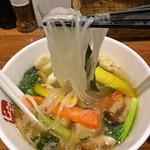七宝 麻辣湯 - 麻辣湯 (0辛)+強壮白湯、具材はターサイ、パプリカ、ワンタン、しめじ