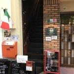 オステリア ユルリ - この階段の上がお店