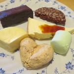カタマリ肉ステーキ&サラダバー にくスタ - サラメディチョコラータ(右上) セサミシュクセ(左下)