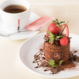 4層構造のチョコレートムースのケーキ『ブラックフォレスト』