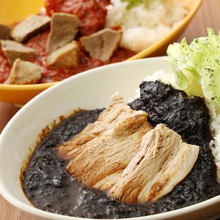 【黒・Kuro】と【赤・Aka】から選べるカレーが自慢