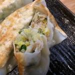 玄武門 - 「ギョーザ(5個)」餡拡大。素材にも拘りがあって、餡の豚肉は上州麦豚 100% 使用である。