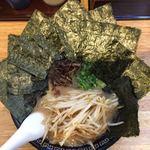玄武門 - 「玄武ラーメン」上から。久留米ラーメンのスープは「呼び戻し」と呼ばれる、いわゆる継ぎ足しをしていることが特徴である。