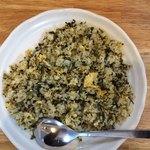 玄武門 - 「たかなチャーハン」上から。豚骨ラーメンには欠かせない「高菜(たかな)」が大量に投入され、深緑に染まる「チャーハン」も実に魅力的だ。