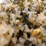 玄武門 - 「たかなチャーハン」接写。、「久留米焼きめし」の特徴は、カマボコ、タマネギ、チャーシューなどの具材が米粒よりも細かく刻まれていることだ。