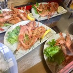 久村の酒場 - カウンターの下には料理が並ぶ