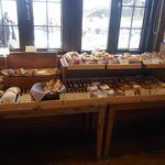 一夜城 ヨロイヅカファーム - 「一夜城ヨロイヅカファーム」内には、カフェスペース、パンコーナー、スイーツコーナがあり、色々なところで並ぶ商品はどれも美味しそうな姿が印象的でした!