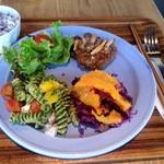 Ond - 煮込みハンバーグ、紫キャベツとオレンジのサラダ、春菊のジェノベーゼサラダ
