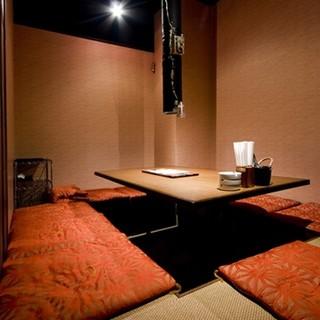 個室、小上がり席の予約はお電話にて受付しております。