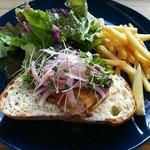 カフェ&ビアー ゴーティー - 料理写真:サバとクリームチーズのオープンサンド  サバの切り身は肉厚です  パンの厚みも3センチ位ありました