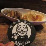 屋台バーえびちゃん - 先代からの名物コースター。 チャージは1人400円(日替わりおつまみ付)です。 この時は、糸島産の立派な茹で落花生とフクハクの厚切りポテトチップスでした。