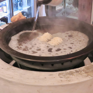 ◆圧巻◆巨大鉄板で焼き上げる!名物【一口餃子】