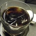 ニッキー・アースティン - ドリンクのアイスコーヒー