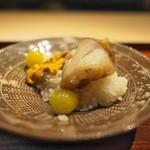 富小路 やま岸 - 潮汁でたいた甘鯛とうに、銀杏、飯蒸しで。