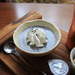 ヤサシイウタ - 黒ゴマのプリン
