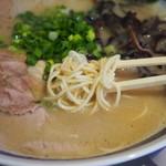 博多豚骨ラーメン田原 - 麺アップ