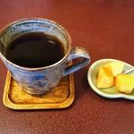 ジャム cafe 可鈴 - 食後のホットコーヒーとサービスでいただいた柿